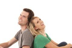 紧接坐注视的年轻夫妇  免版税库存图片