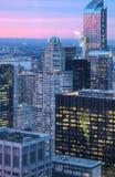 直接大苹果计算机在日落-纽约以后在晚上 库存照片