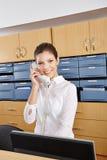 接待员在接电话的医院 免版税图库摄影