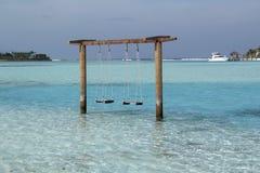 直接浪漫摇摆到在海滩的turquise海洋水里 库存照片