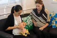 接生婆给一名孕妇展示不用药物的分娩 免版税图库摄影