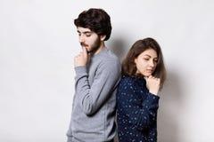 紧接站立不快乐的夫妇握他们的在看在有下的下巴的手周道的表示 有胡子的人和youn 免版税图库摄影