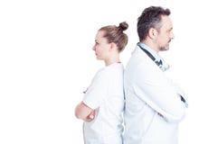 紧接站立两位确信的医生画象  免版税库存图片