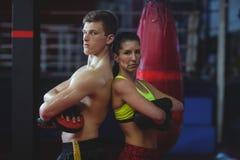 紧接站立女性和男性的拳击手 图库摄影
