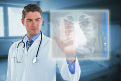 接触一个数字式屏幕3d的男性医生的综合图象 免版税库存图片