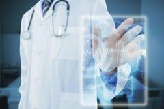 接触一个数字式屏幕3d的医生的综合图象 免版税库存图片