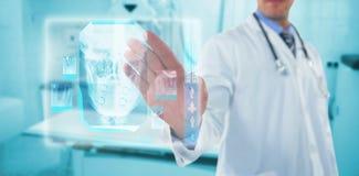 接触一个数字式屏幕3d的医生的综合图象 免版税库存照片