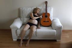 接触一把古典吉他的妇女 免版税库存照片