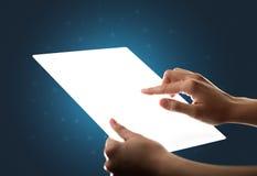 接触一种玻璃状的片剂的手 免版税库存照片