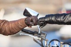 接触与招呼的姿态的,看法的关闭拳头的骑自行车的人的胳膊 库存图片