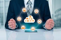 接触云彩的商人连接了到在一个虚屏上的许多对象,关于事互联网的概念  免版税库存照片