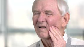接触他的面颊的哀伤的老人 股票视频