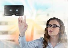 接触和互动与有转折作用的虚拟现实耳机的妇女 库存图片
