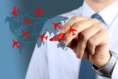 接触在世界地图的年轻商人飞机路线 免版税图库摄影