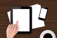 接触在办公室表上的手数字式设备 免版税库存图片