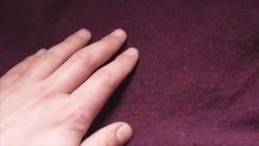 接触在的手一种光滑的伯根地颜色丙烯酸酯的织品纺织品购物 股票视频