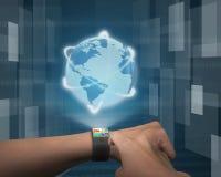 接触在超薄的弯的接口smartwatch的手指app 库存照片