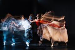 接触她的伙伴肩膀的好专业舞蹈家 免版税库存图片