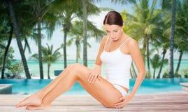 接触她的在海滩的美丽的妇女臀部 免版税库存图片