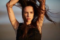 接触她的在自然本底的一名美丽,肉欲的妇女的特写镜头健康头发 护发概念 图库摄影
