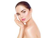 接触她的面孔的秀丽温泉深色的妇女 Skincare 图库摄影