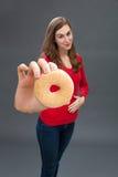 接触她速食的微笑的少妇饥饿的胃 免版税库存图片
