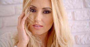 接触她长的金发的肉欲的年轻女性 股票视频
