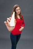 接触她饥饿的胃的少妇,显示开胃乳酪 库存照片