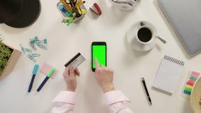 接触有一个绿色屏幕的手指一个智能手机 图库摄影