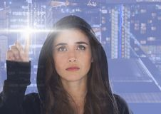 接触有她的手指的妇女黑客一个数字式屏幕 库存照片