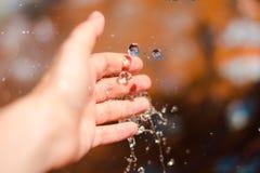 接触水的手 库存照片