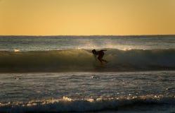 接触波浪的里面冲浪者 库存照片