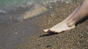 接触海水的人的腿和突然跑掉 股票录像