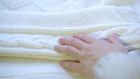 接触温暖地是舒适的佩带的毛线衣羊毛的手 股票视频