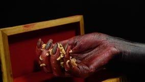 接触爬行的幼虫的妇女` s血淋淋的手 股票录像