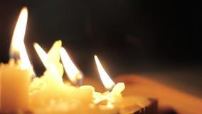 接触的修士读和旧书黄页  特写镜头蜡烛光 股票视频