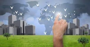 接触的手指向有世界地图的城市 免版税库存照片