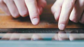 接触真正钥匙的手指形成触摸屏幕片剂设备的一个数字式键盘 股票视频