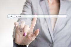 接触网站导航条的女性手 免版税库存照片