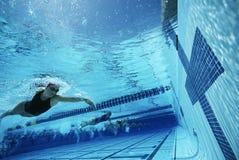 接触终点线的游泳者在种族期间 免版税库存照片
