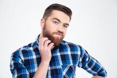 接触他的胡子用手的沉思人 免版税库存图片