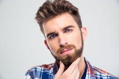 接触他的胡子的人 免版税库存图片