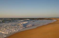 接踵而来的浪潮和沿海渔, Cavaleiros海滩, Macae, RJ,巴西 图库摄影