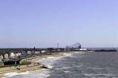 接踵而来的浪潮的高的看法与布莱克浦乐趣海滩的在距离 免版税图库摄影