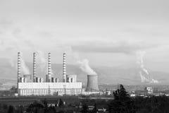 接近一个村庄的老煤炭发电厂,在科扎尼和Ptolemaida之间,北希腊,黑白的 库存照片