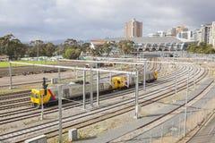 接近一个火车站的火车 免版税库存照片