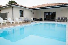 接近一个现代房子的美丽的游泳池 库存照片