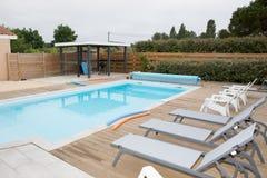 接近一个现代房子的美丽的游泳池 免版税图库摄影