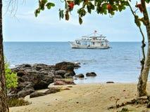 接近一个美丽的越南小海湾的游船 图库摄影
