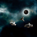 接近一个黑暗的行星的太空飞船 库存照片
